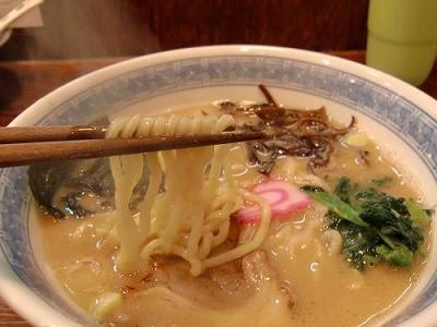 昇家の豚骨醤油ラーメンの中太麺画像